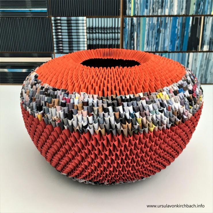 Papierobjekt rund groß bunt mit rot und orange 2